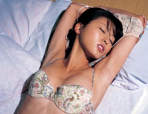 尾形沙耶香の美ワキ画像